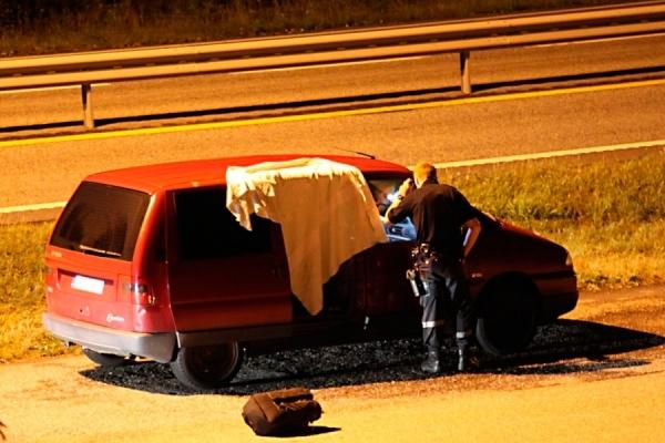 Død mann funnet i bil