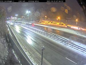 Snø på Østlandet: Bilister uten vinterdekk bes om å la bilen stå