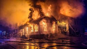 Brannvesenet begynner å få kontroll på storbrannen i Risør