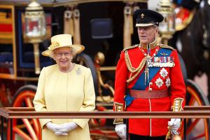 Uten prins Philip kan dronning Elizabeth støtte seg på arvtakerne