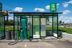 Støre forsvarer moms på dyre elbiler